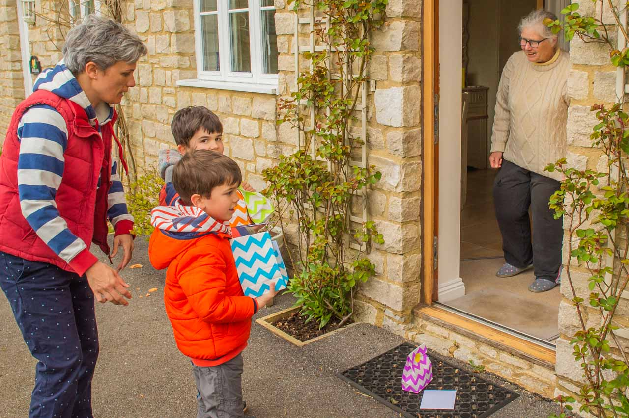 Luca and Jakob's turn to deliver their Pack of goodies and an Easter card
